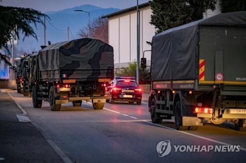 코로나19 사망자 운구에 동원된 이탈리아 군용 차량