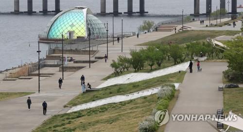 '사회적 거리두기 연장' 앞둔 한강시민공원