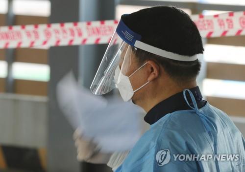 폭염 속 선별진료소 '종이로 부채질'
