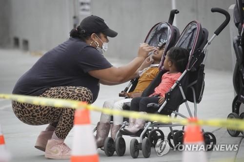 미국 LA 코로나19 이동검사소의 어린이 검체 채취 모습