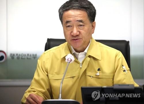 중대본 화상회의서 발언하는 박능후 장관