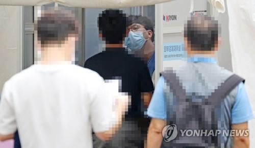 '코로나19 검사 받는 시민들'