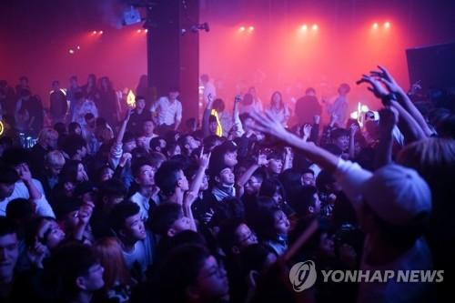 중국 우한 나이트클럽서 춤추는 젊은이들