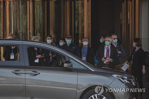 중국 우한서 숙소 나서는 WHO '코로나19 기원 조사팀'