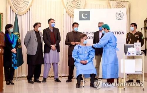 '중국 무상지원' 코로나19 백신 맞는 파키스탄 의료진
