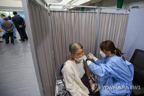 코로나19 백신 접종받는 어르신