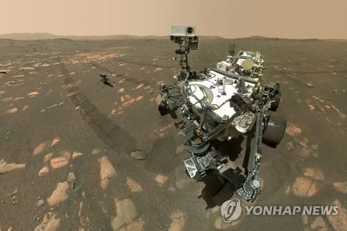 화성에 도착한 탐사 로버 퍼서비어런스와 시험용 헬기 '인저뉴어티'
