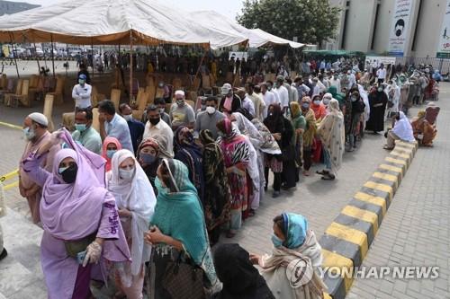 중국산 코로나19 백신 접종 기다리는 파키스탄인들